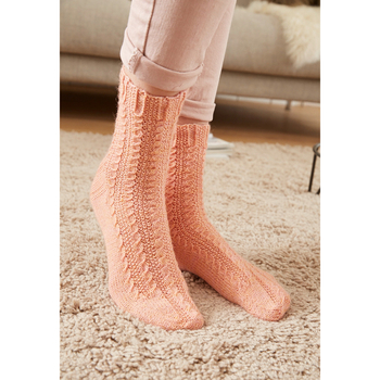 Cable patterned socks R272